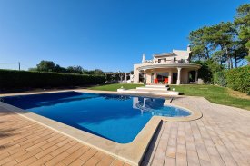 <p class= annonceFrom >Faro real estate</p> | Detached house T5 with swimming pool + 2 annexes - Santa Barbara de Nexe | BVP-TMR-1083