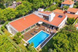 <p class= annonceFrom >Porto inmobiliaria</p> | Villa independiente T4 con piscina a 750 m de la playa - Arcozelo / Miramar | BVP-TD-1091