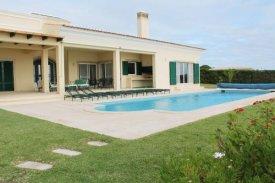 <p class= annonceFrom >Faro immobilier</p> | Villa V6 avec piscine et accès direct sur la plage à vendre, Algarve