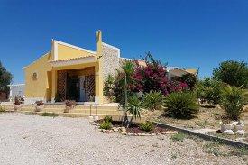 <p class= annonceFrom >Faro immobilier</p>   Belle villa de plain-pied 4 pièces avec vue mer et montagne